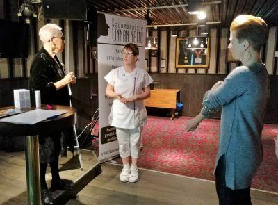 Ihanien Naisten Olohuoneella 9.11.2018 Emilia Klubilla Hämeenlinnassa. Valloittavat Raili Hulkkonen ja Heidi Kyrö kanssani odottamassa illan vieraita.